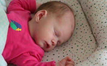 niemowlę śpi